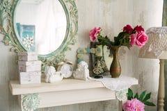 特写镜头与镜子和一张桌的葡萄酒内部与花瓶和 库存图片