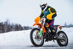 特写镜头人一条积雪的赛马跑道的摩托车竟赛者 库存照片