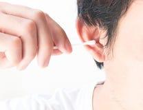 特写镜头人有棉花芽的清洁耳朵 免版税图库摄影