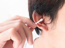 特写镜头人有棉花芽的,医疗保健概念清洁耳朵 免版税库存图片