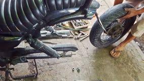 特写镜头人适合轮子到摩托车在修理商店 股票视频
