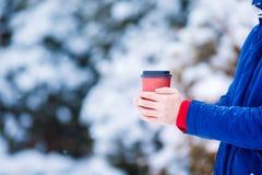 特写镜头人饮用的咖啡在冻结的冬日 免版税图库摄影