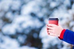 特写镜头人饮用的咖啡在冻结的冬日 免版税库存图片