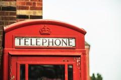 特写镜头传统红色电话亭在英国 库存照片