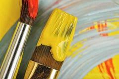 特写镜头使用了树胶水彩画颜料在明亮和五颜六色的帆布的画笔 库存照片