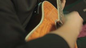 特写镜头使用在的经典吉他 股票视频