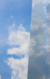 特写镜头修造的杯有云彩的摩天大楼 免版税图库摄影