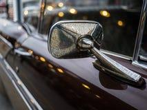特写镜头经典汽车镜子sideview,有更加肮脏的尘土 免版税库存照片
