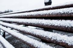 特写镜头结冰的长凳在一个cloudly冬日盖了粗砂粗砺的树冰 库存照片