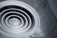 特写镜头冷却的空调器内部空气管道气孔格栅  库存图片