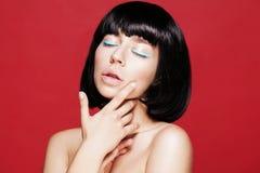 特写镜头化妆用品高雅夜间眼线膏注视女性迷人组成构成模型纵向的方式 方式 免版税库存图片