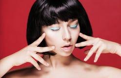 特写镜头化妆用品高雅夜间眼线膏注视女性迷人组成构成模型纵向的方式 方式 库存图片
