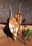 特写镜头南非祖鲁族人矛、战士盾和南非土人所用的标枪 免版税库存图片