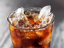 特写镜头可乐玻璃冰 免版税图库摄影