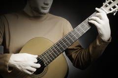 特写镜头吉他用吉他弹奏者手 免版税库存图片