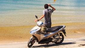特写镜头后侧方人坚持摩托车在海滩的推力手 股票视频