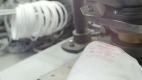 特写镜头后侧方视图工作者在机器投入金属零件 股票录像