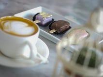 特写镜头咖啡杯和巧克力块在桌上 图库摄影