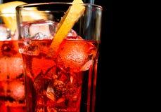 特写镜头喷开胃酒与橙色切片和冰块的aperol鸡尾酒 免版税库存照片