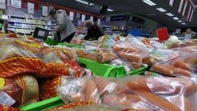 特写镜头土豆和红萝卜在袋子在柜台 股票视频