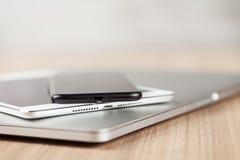 特写镜头在书桌上的通信装置设备 免版税库存图片