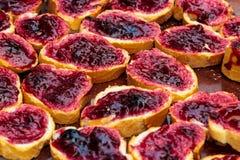 特写镜头在切的面包的果子橘子果酱 免版税图库摄影