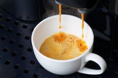 特写镜头在咖啡机器的浓咖啡准备 库存图片