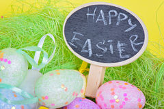 特写镜头在巢的酯类鸡蛋与黑板 库存图片