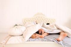 特写镜头在床上说谎并且睡觉的家庭脚 免版税库存照片
