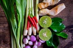 特写镜头在木背景的tomyumkung成份Thaifood 免版税库存照片