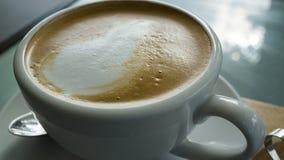 特写镜头在桌上的咖啡杯在咖啡店的早晨 库存图片