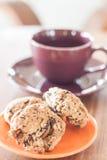 特写镜头在橙色板材的谷物曲奇饼 免版税库存图片