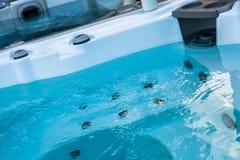 水特写镜头在热水澡木盆的 库存照片