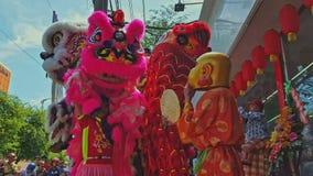 特写镜头在花梢狮子礼服的男孩舞蹈在边路在越南 股票录像