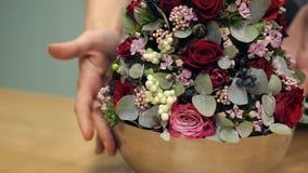 特写镜头在钢设计碗转动的鲜花安排 影视素材
