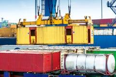 特写镜头在鹿特丹港的一个集装箱码头  免版税库存图片