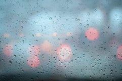 特写镜头在玻璃窗的雨下落 免版税库存图片