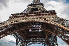 特写镜头埃佛尔铁塔的元素零件在反对剧烈的暮色天空的巴黎在晚上夏时 免版税图库摄影