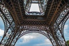 特写镜头埃佛尔铁塔的元素零件在反对剧烈的暮色天空的巴黎在晚上夏时 免版税库存图片
