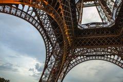 特写镜头埃佛尔铁塔的元素零件在反对剧烈的暮色天空的巴黎在晚上夏时 库存照片