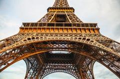 特写镜头埃佛尔铁塔的元素零件在反对剧烈的暮色天空的巴黎在晚上夏时 库存图片