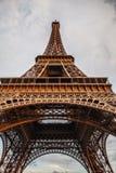 特写镜头埃佛尔铁塔的元素零件在反对剧烈的暮色天空的巴黎在晚上夏时 图库摄影