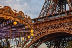 特写镜头埃佛尔铁塔的元素零件在反对剧烈的暮色天空的巴黎在晚上夏时 免版税库存照片