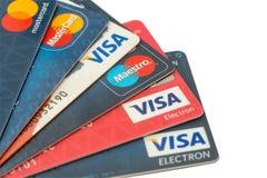 特写镜头堆信用卡、签证和万事达卡、信用,借方和电子 查出在与裁减路线的空白背景 库存图片