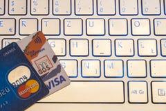 特写镜头堆信用卡、签证payWawe和万事达卡 免版税库存照片