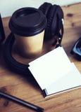 特写镜头堆名片白皮书 空白的大模型木表背景 拿走咖啡杯Coworking 现代 免版税库存照片