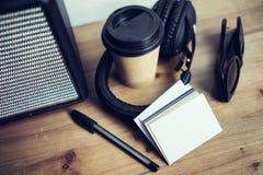特写镜头堆白纸名片大模型木表背景 拿走咖啡杯Coworking演播室 现代 库存照片