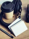 特写镜头堆白纸名片大模型木表背景 拿走咖啡杯Coworking演播室 现代 库存图片