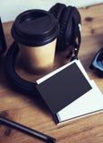 特写镜头堆白纸名片大模型木头表 卡拉服特拿走咖啡杯Coworking演播室 现代的耳机 免版税库存照片