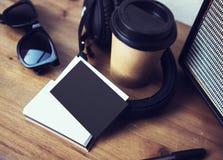 特写镜头堆白纸名片大模型木头表 卡拉服特拿走咖啡杯Coworking演播室 现代的耳机 免版税库存图片